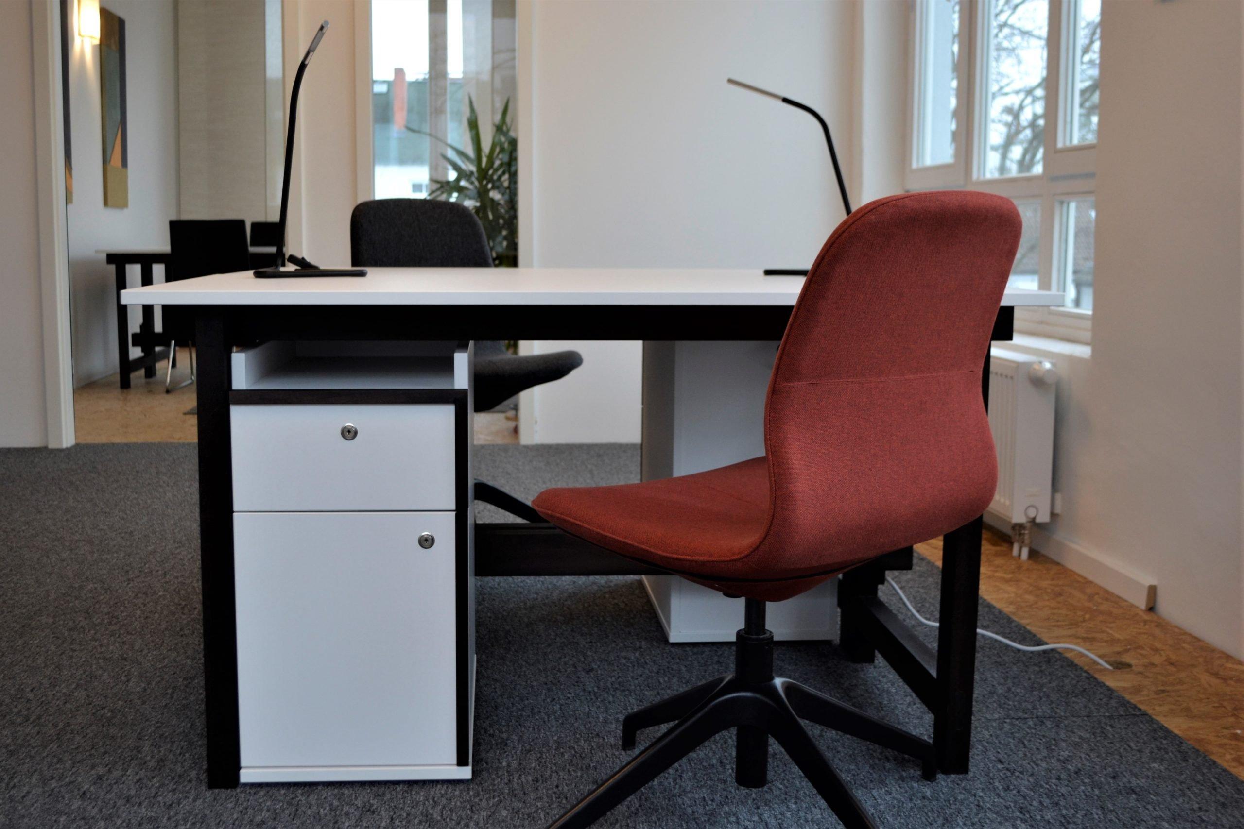 Schreibtisch mit Rollcontainer und Schreibtischstuhl