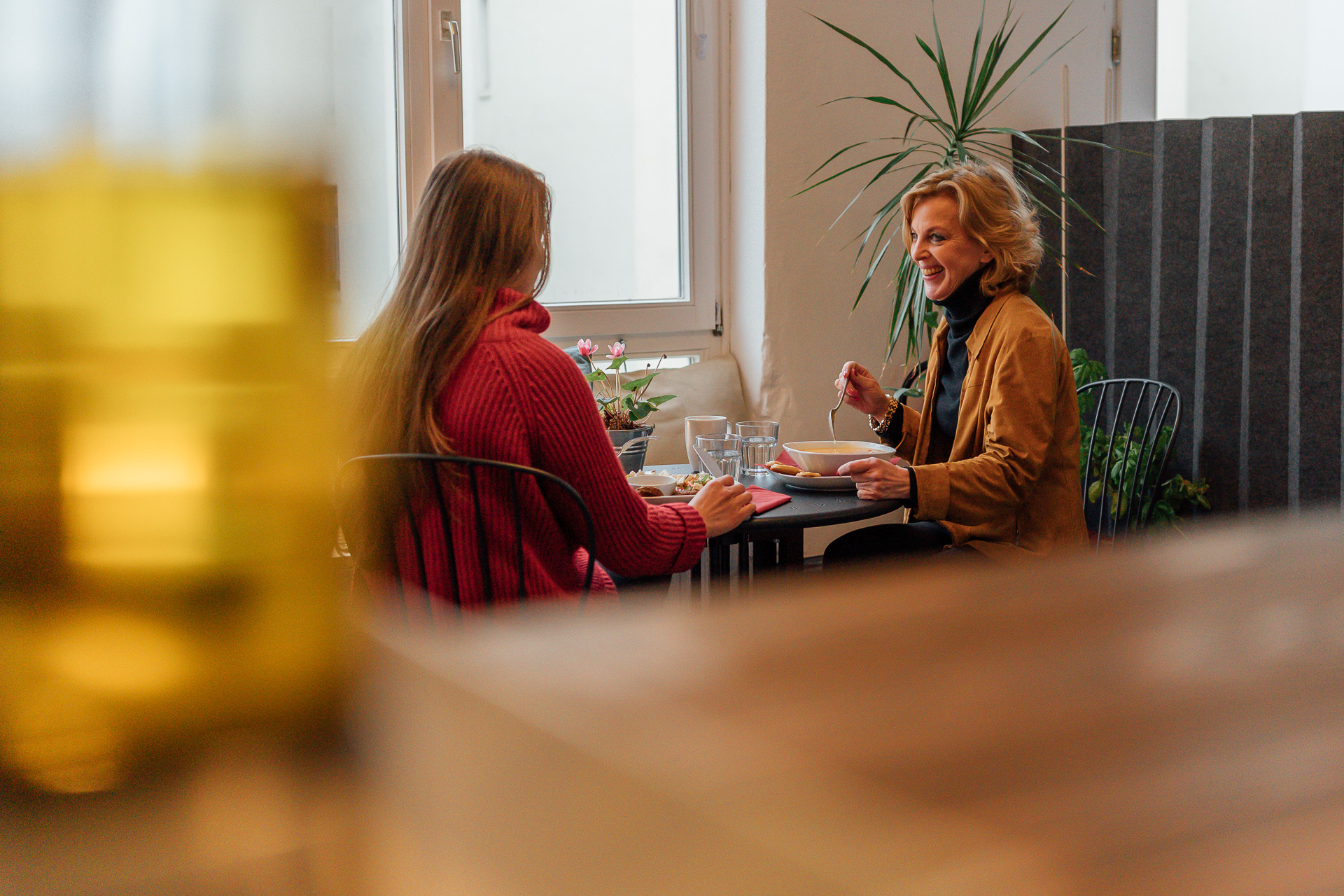 Café Besucher sitzen am Tisch und essen