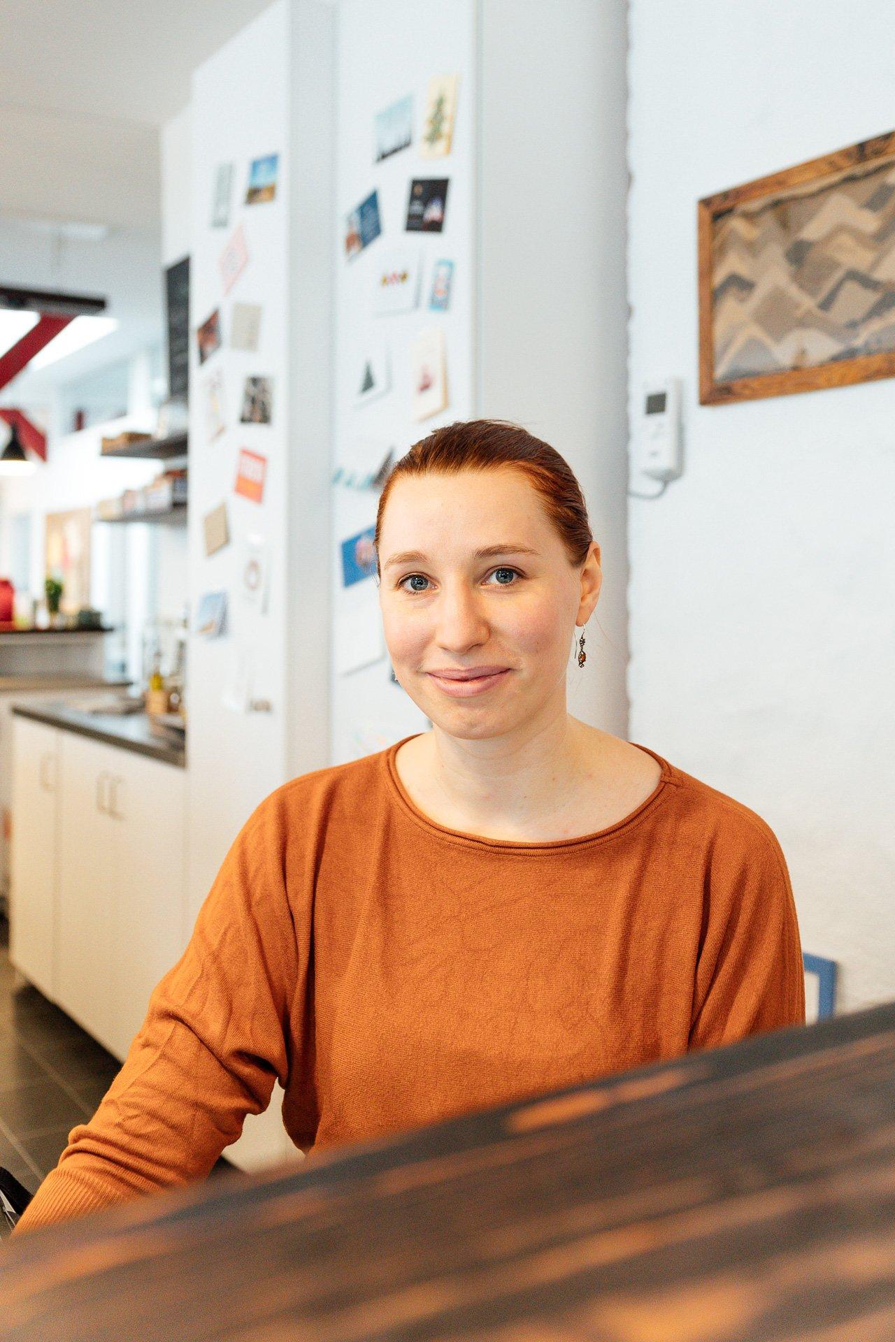 Anneke Jansen sitzt am Empfangstresen
