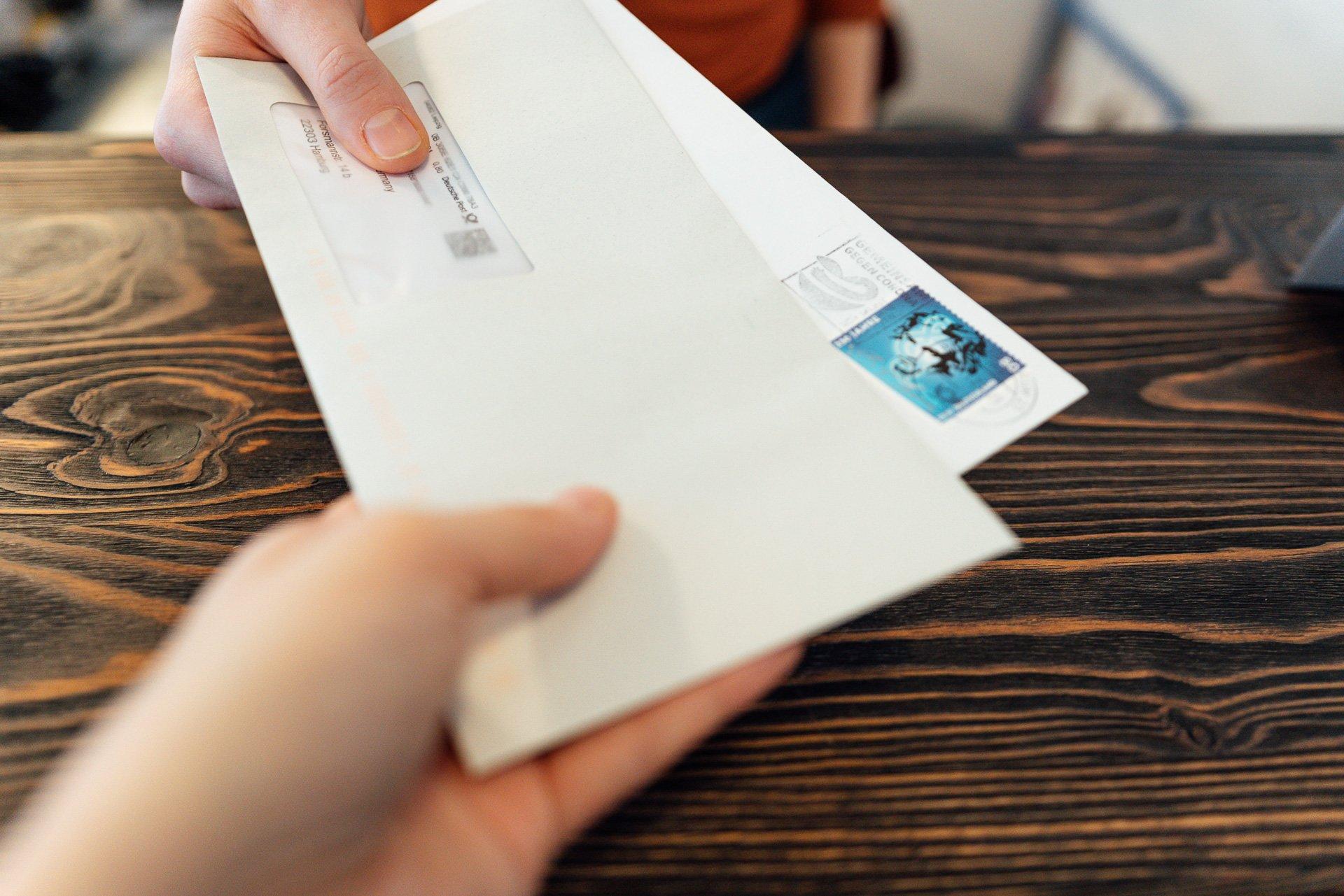 Briefe werden überreicht